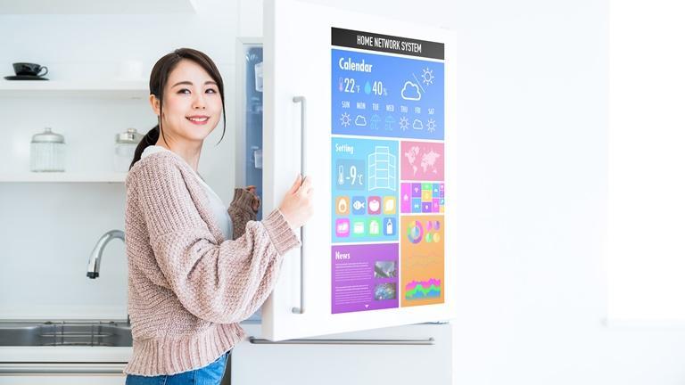 Smart-Home-Kühlschrank in intelligenter Küche