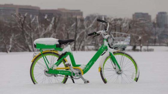 E-Bike im Winter von Schnee bedeckt