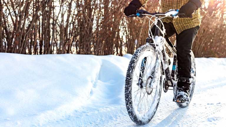 Mountainbike fährt auf Schnee