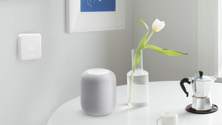 Tado-Wandthermostat und Apple HomePod in einem Wohnzimmer