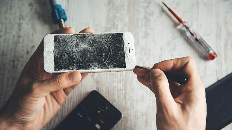 Kaputtes iPhone-Display austauschen mit Werkzeug