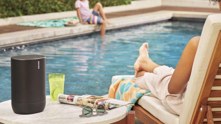 Sonos Move wird am Pool genutzt
