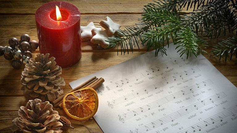 Per Sprachbefehl spielt Alexa Weihnachtslieder oder liest Geschichten vor