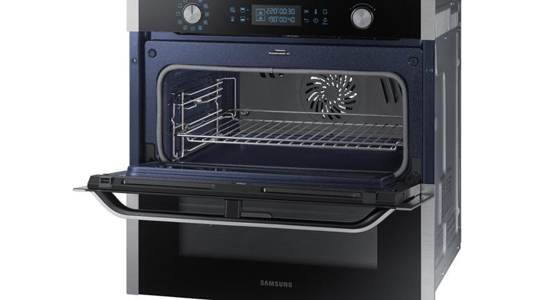Geöffneter Dual-Cook-Flex-Backofen von Samsung mit Garraumtrenner