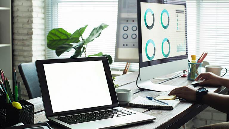 Ein Desktop-Mac und ein Macbook.