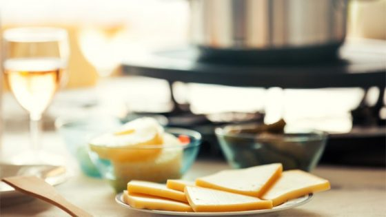 Raclette mit Fondue auf gedecktem Tisch
