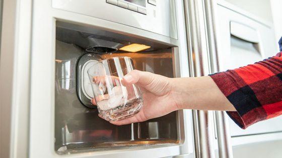 Side-by-Side-Kühlschrank mit Eisbereiter und Wasserspender ziert jede moderne Küche
