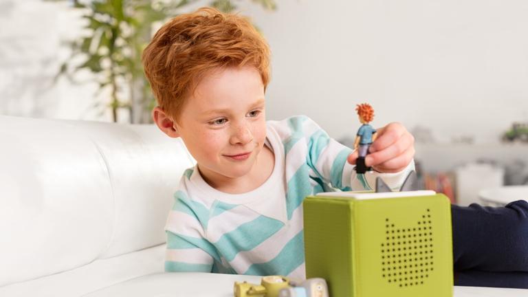 Junge bedient Toniebox