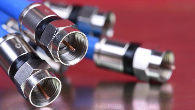 Satellitenschüssel installieren mit Kabel oder ohne