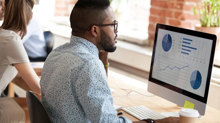 Ein Mann betrachtet eine Präsentation auf einem Computer