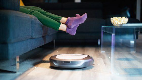 Saugroboter saugt im Wohnzimmer