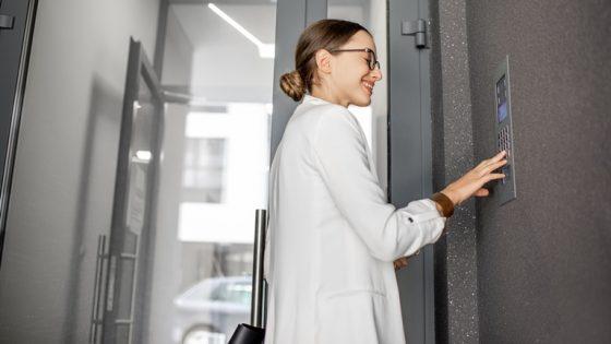 Junge Frau klingelt an der Tür