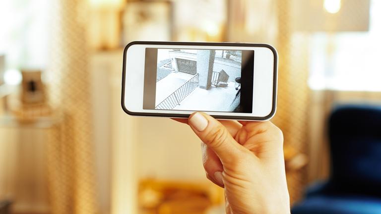 Smartphone zeigt das Kamerabild eines Eingangsbereich