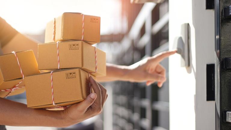 Postbote klingelt an smarter Türklingel