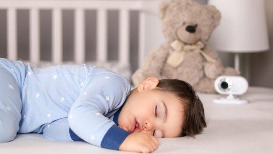 Kind schläft neben Video-Babyphone