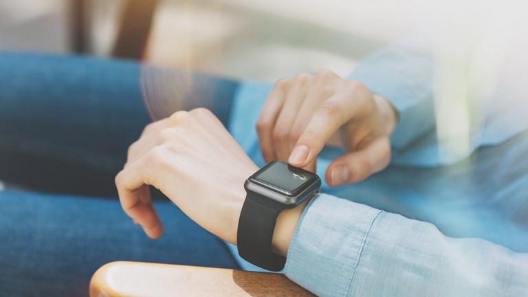 Frau tippt auf Smartwatch