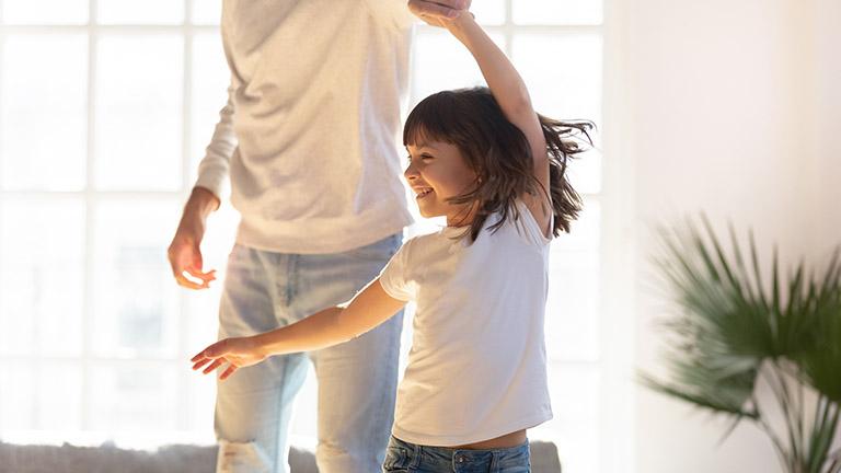 Vater und Tochter tanzen