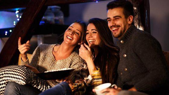 Freunde sehen auf einem TV mit QLED oder OLED fern