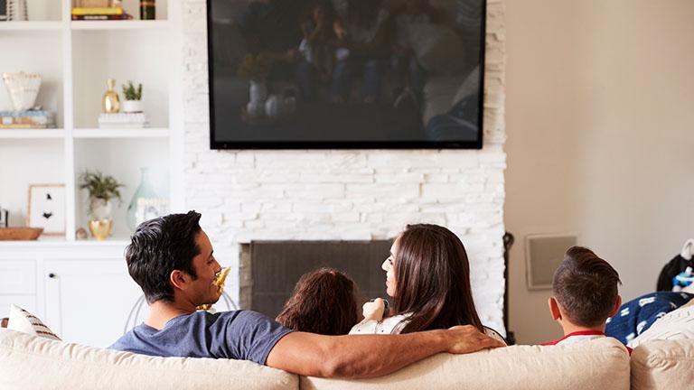 Eine Familie sieht fern