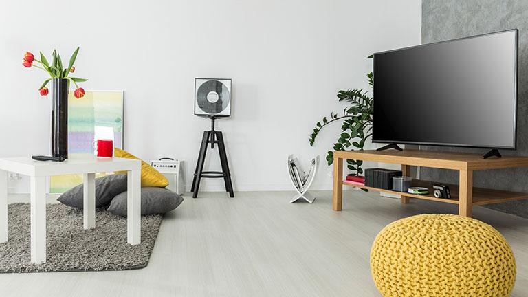 Großer Fernseher in modern eingerichtetem Wohnzimmer
