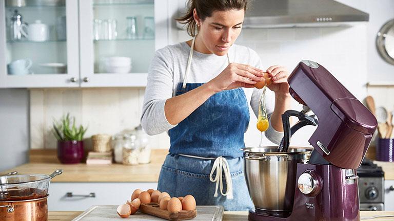 Frau backt mit Kenwood-Küchenmaschine