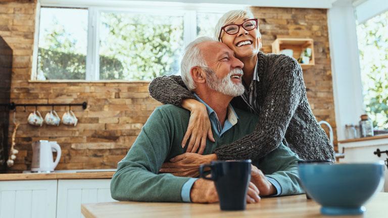 Seniorenpaar lässt sich von Alexa im Haushalt helfen