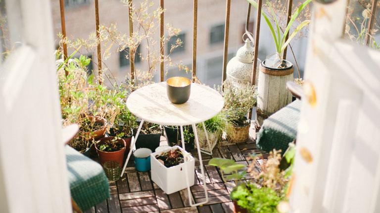 Kleiner Balkon mit Pflanzen und Balkonmöbeln