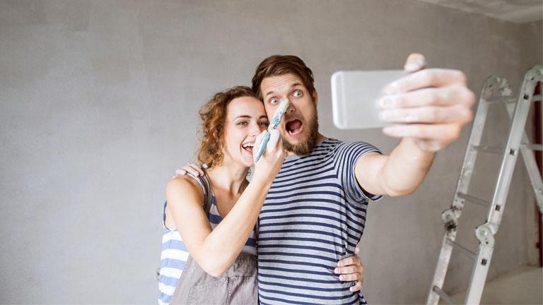 Ein Mann und eine Frau machen während der Wohnungsrenovierung ein Selfie