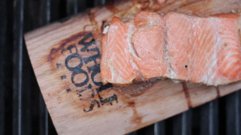 Zubereiteter Lachs auf Holzbrett