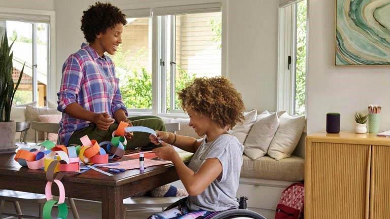 Kind und Erwachsene spielen Alexa-Spiele beim Basteln