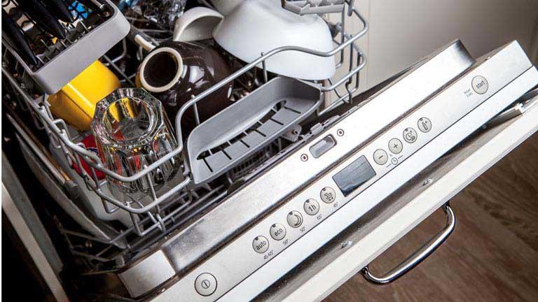 Offene Spülmaschine mit Geschirr