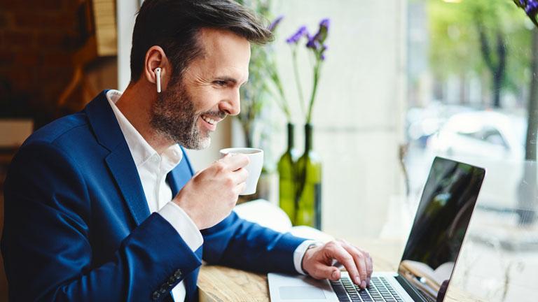 Mann wird über Skype for Business angerufen