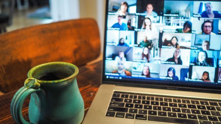 Laptop ohne Kameraabdeckung mit Videokonferenz auf dem Bildschirm