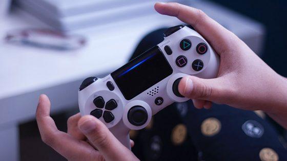 PS4-Controller wird in Händen gehalten