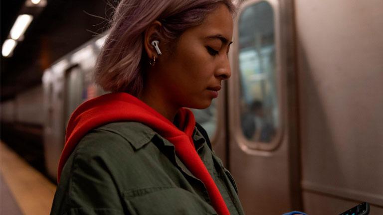 Frau nutzt Geräuschunterdrückung der AirPods Pro im öffentlichen Nahverkehr
