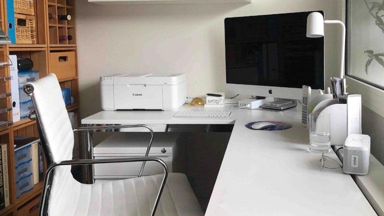 Schreibtisch mit PC und Drucker