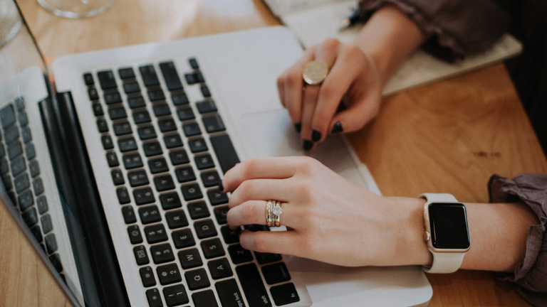 Frauenhände an Laptop