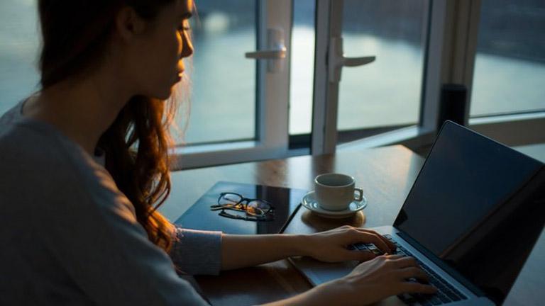 Schwarzer Bildschirm statt Anmeldefenster: Frau will sich auf Laptop anmelden