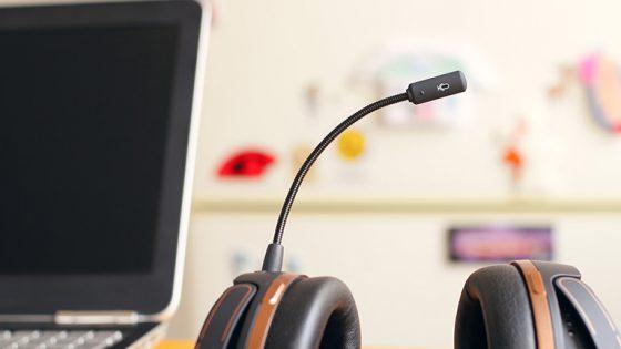 Mikrofon von Headset neben Laptop
