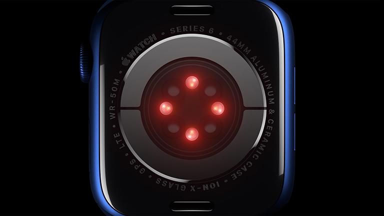 Blick auf die Rückseite der Apple Watch Series 6. Die vier neuen LED-Cluster leuchten.