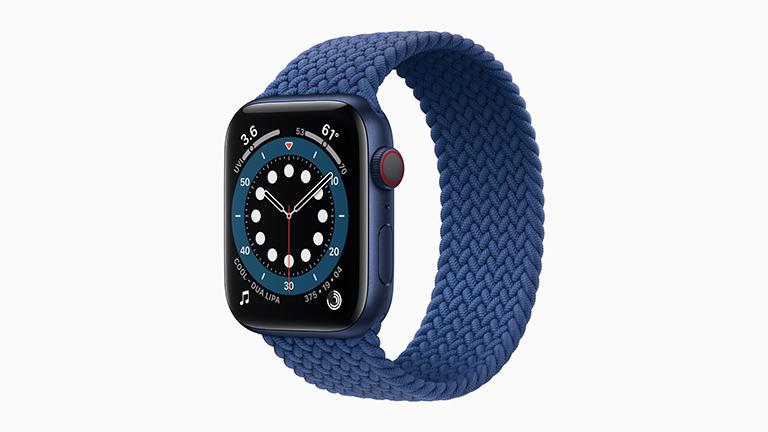 Die Apple Watch Series 6 in blauem Alu-Gehäuse mit One-Loop-Armband aus Stoff.