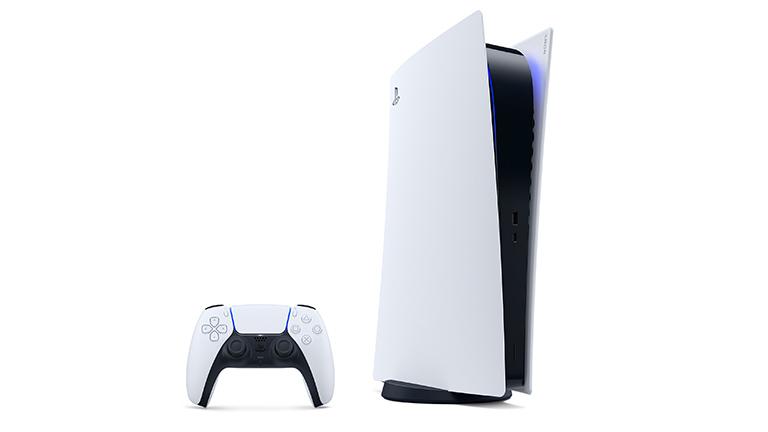 Eine leicht schräge Ansicht der Front der PS5. Hier in der Digital Edition ohne Laufwerk. Daneben steht der Controller.