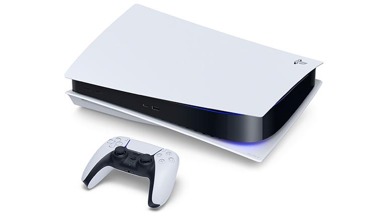 Hier ist die PlayStation 5 im liegenden Zustand zu sehen. Vor der Konsole liegt der neue Controller.