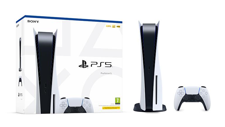 Die Verpackung der PlayStation 5 steht neben der aufrecht stehenden Konsole und dem Controller.