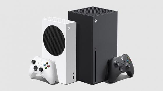Links ist die kleinere Xbox Series S mit Controller in Weiß zu sehen, rechts die deutlich größere Series X mit Controller in Schwarz.