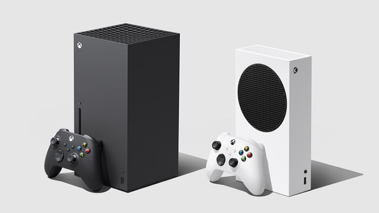 Die Xbox Series S kommt im quaderförmigen schwarzen Gehäuse, die Xbox Series S im kompakteren weißen Gehäuse – jeweils mit passendem Controller.
