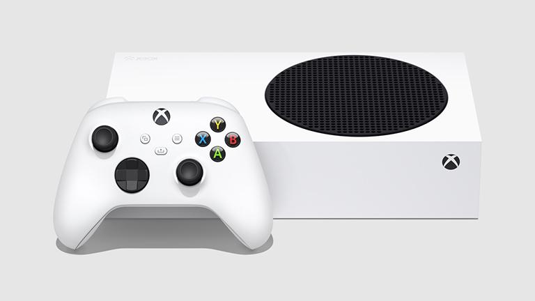Im Bild liegt die weiße Xbox Series S, der Ausgang für die Lüftung zeigt nach oben. Davor steht der weiße Controller.