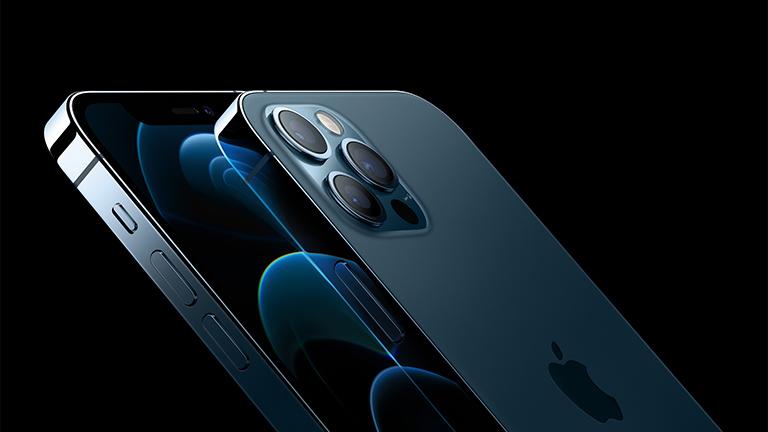Produktfoto des iPhone 12 Pro und der Rückseite des iPhone 12 Pro Max.