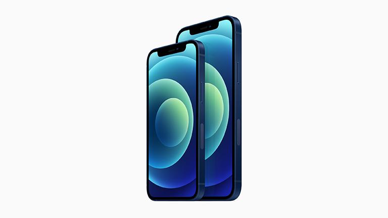 """Produktbild des iPhone 12 und des iPhone 12 mini in der neuen Farbe """"Blau""""."""