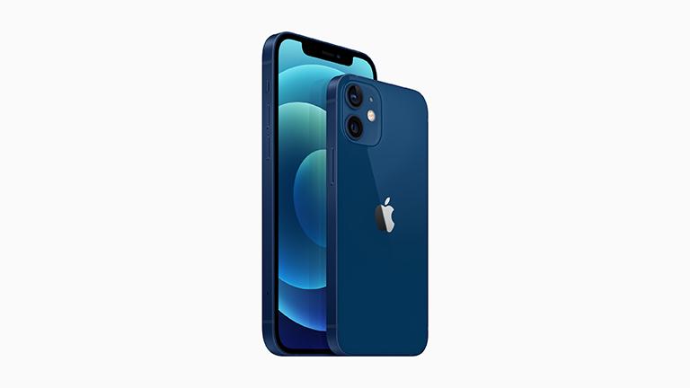 Produktfoto des iPhone 12 und der Rückseite des iPhone 12 mini in Blau.